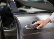 車鑰匙被鎖在車內開不了車門,怎么辦?